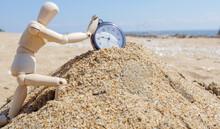 崩れゆく砂の上の懐中時計を止めようとするデッサン人形