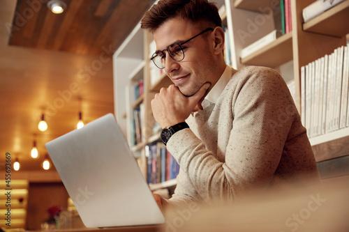 Fotografia Businessman watching something on laptop at table