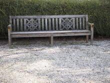 Einsame, Verlassene Und Vom Wetter Ausgeblichene Bänke Aus Holz In Einem Park