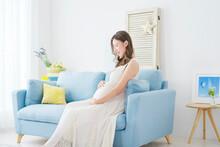 ソファーに座る妊婦