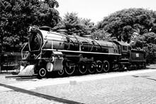 Trem A Vapor Vintage Com Locomotiva E Carruagens Antigas Percorre.