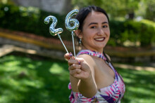 Mujer Joven Celebra Cumpleaños Y Sostiene Numero 26