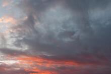 Ciel Et Nuages Lourds Et Colorées