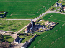 Vue Aérienne Du Cimetière Autour De L'église De Vitot Dans L'Eure En France