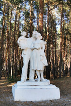 Zhirnovsk, Russia - August 24, 2020: Monument To The Family In The Central Park Of Culture And Leisure.