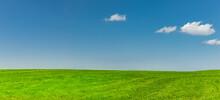 Grüne Wiese Mit Blauem Himmel Und Weissen Wolken
