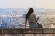 Piękna młoda kobieta przegląda smarfona w Paryżu