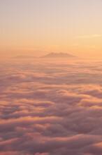 優しい雰囲気の夜明けの空の下に広がるフワフワした一面の雲海。夢の中の天国のような幻想的な風景。