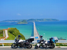 青空の角島大橋と2台のバイク