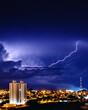 Vista noturna da cidade de São Carlos São Paulo durante a aproximação de nuvens carregadas de uma tempestade de raios
