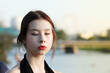Portret pięknej kobiety na tle miasta