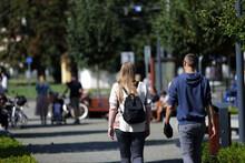 Para Młodych Ludzie Wypoczywają, Spacerują Na Deptaku, We Wrocławiu.