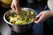 Mieszanie sałatki w dużej misce