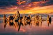 canvas print picture - Tuffstein im Natronsee Mono Lake mit Wolken und Spiegelung in der Sierra Nevada Kalifornien bei Sonnenuntergang