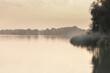 Jezioro Goczałkowickie wczesnym rankiem, widok na zalew, mgły, drzewa
