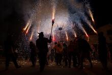 Contraluz Fiesta De Fuego Correfoc De Los Diablos De La Garriga En L'ametlla Del Valles Con Participantes Bailando Bajo La Pirotecnia Roja