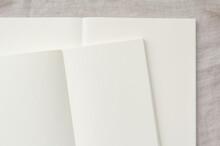 ベージュの背景とコピースペースのある2冊のノート