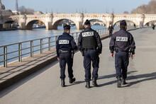 Des Policiers Français Patrouillent Sur Les Quais De Seine à Paris Pour Maintenir L'ordre