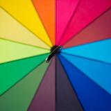 Otwarta kolorowa parasolka.