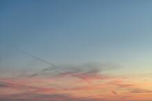 Ciel Avec Des Nuages Reflétant Le Coucher De Soleil