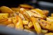 Domowe frytki. Grubo krojone ziemniaki smażone na tłuszczu. Pyszna przekąska.