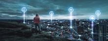 Person Schaut Auf Eine Digitale Stadt