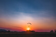 Paralotnia o zachodzie słońca