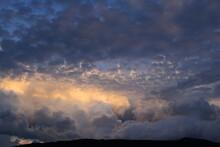 Giochi Di Nuvole In Cielo Al Tramonto.