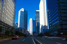 青空にそびえ立つ西新宿の超高層ビル群(議事堂通り)