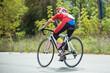 Dziewczyna na kolarzówce podczas zawodów kolarskich