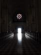 Światło płynące do wnętrza kościoła