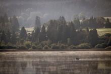Lac De Remoray Ou Lac Savoureux Dans Le Doubs En Franche-Comté Un Matin Avec La Brume Et Une Barque