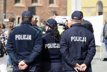 Polscy Policjanci W Niebieskim Mundurze Na Zabezpieczeniu Imprezy W Mieście.