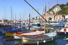 Le Port Lympia Est Le Nom Donné Au Port De Nice Dans Les Alpes Maritimes Avec Ses Bâteaux Typiques Et Ses Gros Yachts. Ce Nom Provient De La Source Lympia Qui Alimentait Un Petit Lac Dans Une Zone Mar