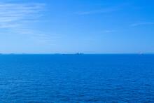 青い海と空と船など