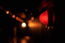 暗い廊下で怪しく光る赤い消防ランプ