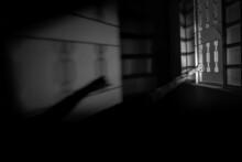 Braços De Uma Pessoa Segurando Na Janela. Imagem De Mistério Em Preto E Branco.