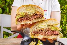 Panino Da Pub Con Hamburger Di Carne, Pesto Di Basilico, Provolone Del Monaco, Mozzarella Di Bufala E Patate Fritte