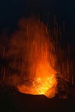 Une éruption Nocturne Du Volcan Stromboli Sur L'île éponyme.