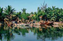 Eingescanntes Diapositiv Einer Historischen Farbaufnahme Der Anlegestelle Von Fischerbooten In Einer Siedlung Am Ufer Eines Sees In Zentralvietnam