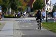 Młodzy mężczyzna jedzie na rowerze po ścieżce rowerowej we Wrocławiu.