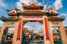 Eingescanntes Diapositiv Einer Historischen Farbaufnahme Des Eingangs Zu Einer Vietnamesischen Pagode