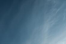群青色の空と薄ら雲 Ultramarine Sky And Thin Clouds