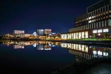 水面に反射した街並みの夜景