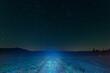 Polna droga nocą. W tle rozgwieżdżone niebo.