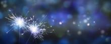 Zwei Brennende Wunderkerzen Vor Abstraktem Blauem Himmel, Party Konzept Mit Textrfreiraum