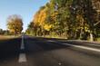Droga krajowa jesienią, kolorowe drzewa.