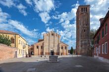 Murano, Venezia. Piazza E Basilica Di Santa Maria E Donato Con Il Campanile