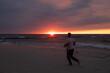 zachód na morzem i biegnący człowiek