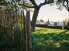 Steccato In Giardino, Nello Sfondo Panorama Fuori Fuoco.